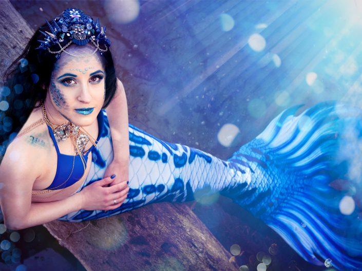 Yvonne hat bei mir ein Fotoshooting gebucht. Sie stand als Meerjungfrau vor meiner Kamera und ist wunderschön mit ihrer blauen Flosse und dem Headdress.